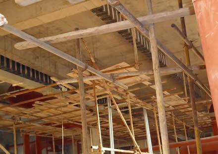 5,顶升前一天凿除框架结构柱或砌体结构造柱的混凝土,顶.